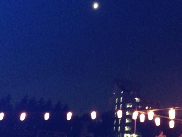 高円寺中学から見上げた盆おどりを照らす月