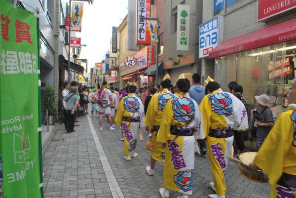 第56回東京高円寺阿波おどり初日、純情商店街でのひとコマ