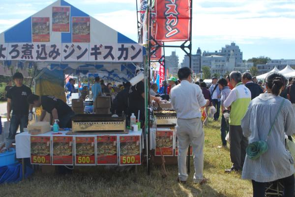 桃井原っぱ公園で出店の準備をする人たち