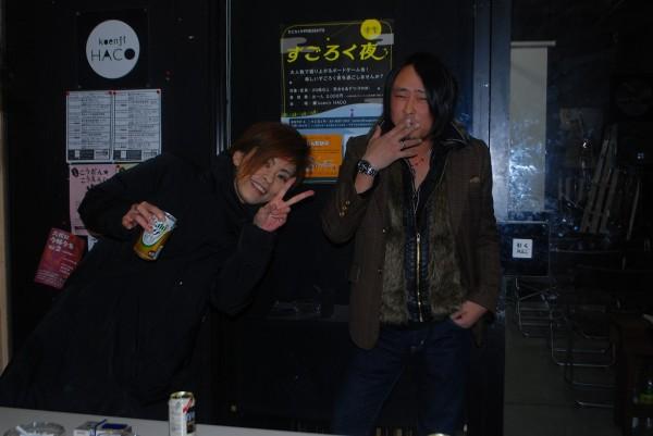 高円寺MUSIC VIBE会場前にてドラゴン川本貴弘監督(右)と監修のrieさん(左)