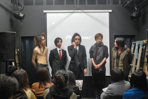 高円寺MUSIC VIBEでの監督、監修のrieさんとTHE OMENSの質疑応答の様子