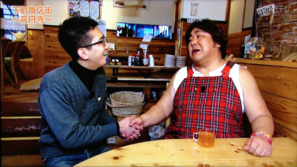 高円寺麦酒工房で店長とがっつり握手