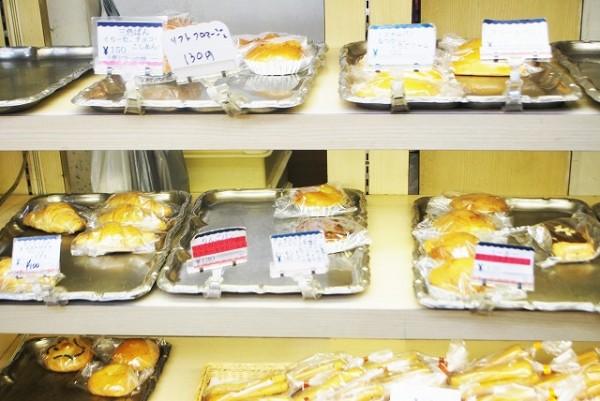 丸十ベーカリーヒロセさんの店内に並ぶパンたち