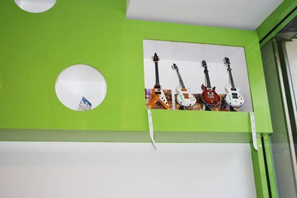 宝物のサイン入りギターのフィギュア