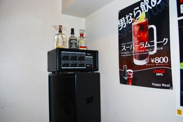 バーボンハウスさんの昇降階段の踊り場にあるアンプとスピーカーとボトル