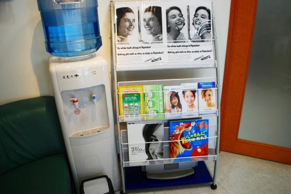 レトロ・アンティーク歯科のカタログが並ぶ院内