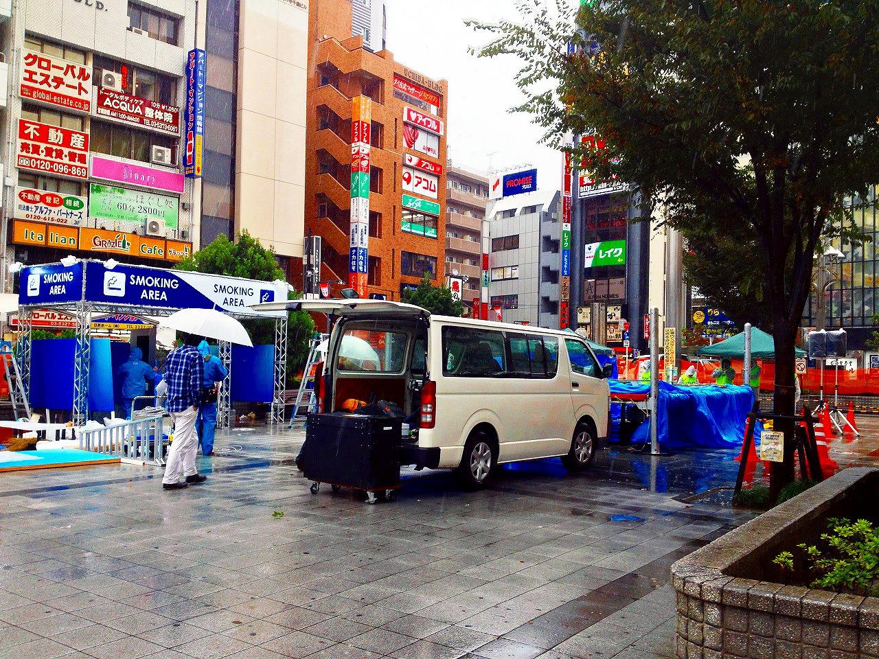 雨の中準備が進む高円寺フェスの会場